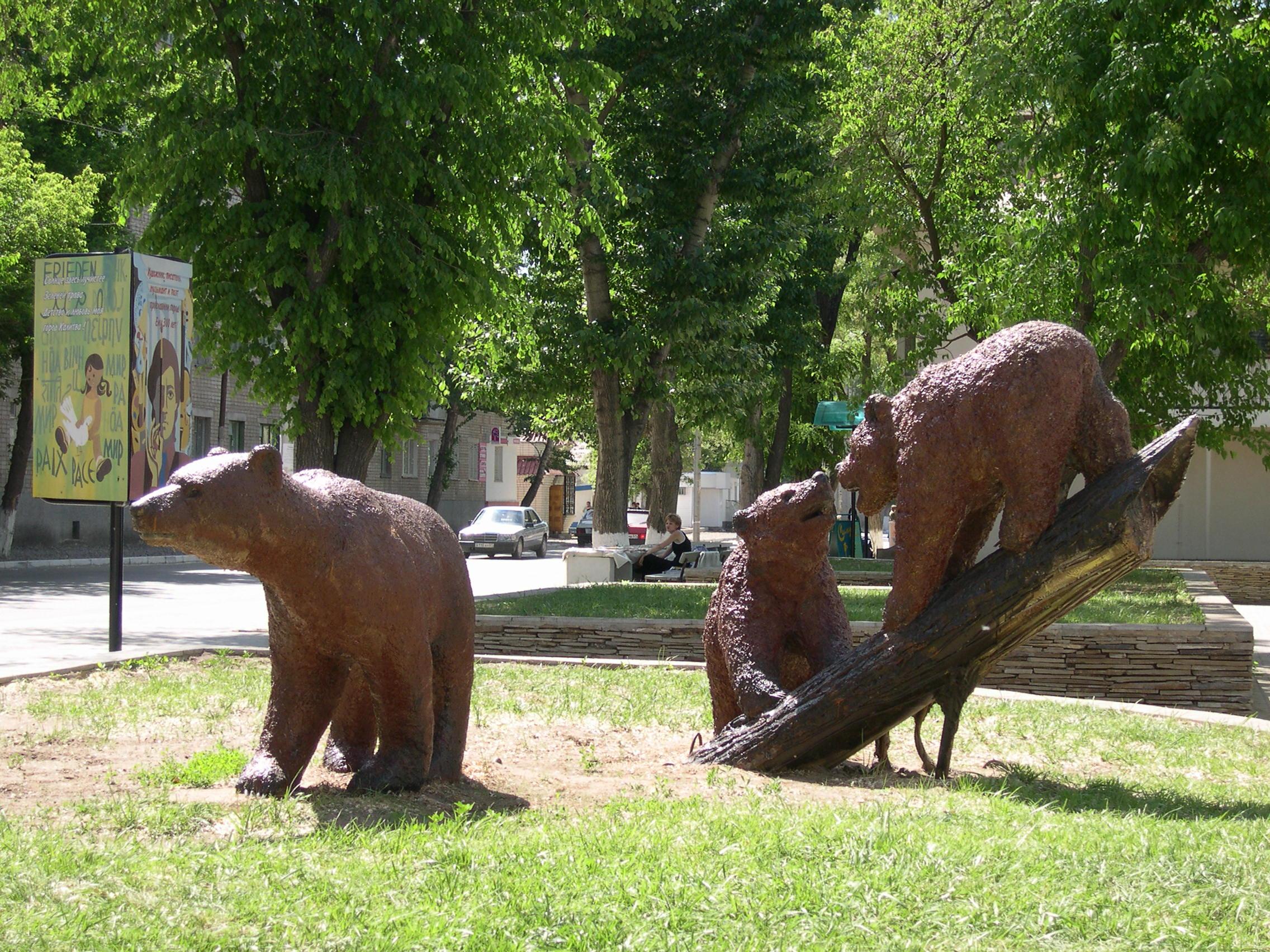 Скульптура из бетона Три медведя