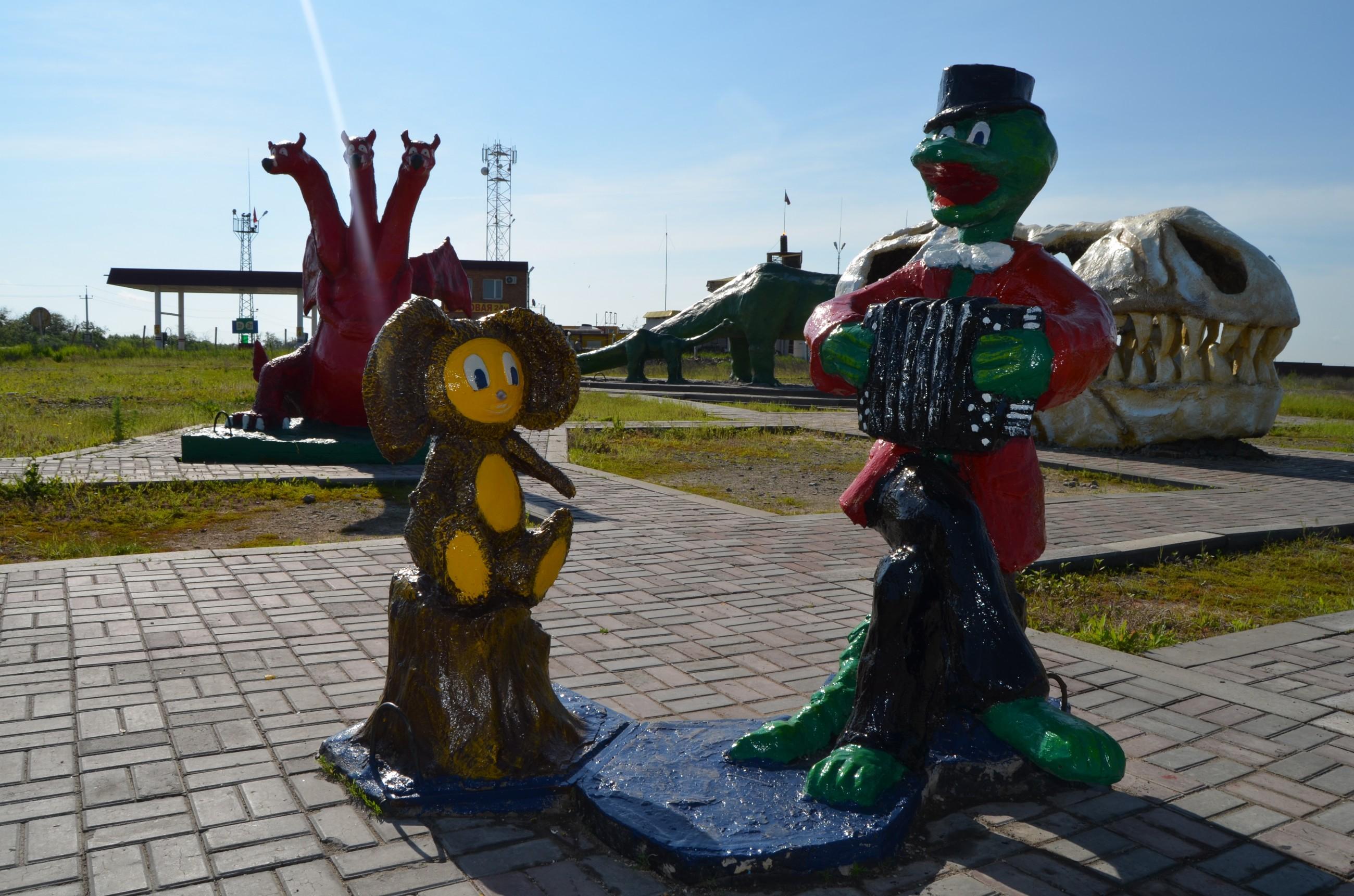 Скульптура из бетона Чебурашка и Гена