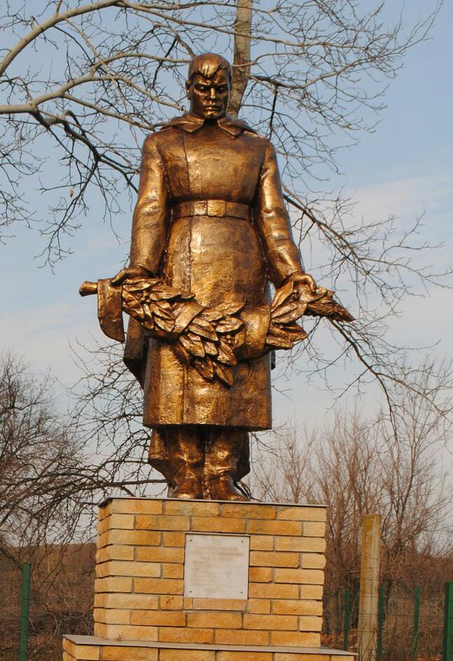 Скульптура из бетона «Солдат с венком»